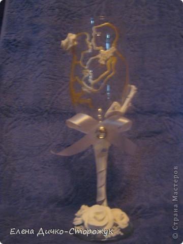 Мой второй бокал. Силуэт жениха и невесты. Роза на фате невесты, у жениха на рубашке наклеен бисер, а по краю пиджака цветы.  У меня такое ощущение, что чего-то не хватает. фото 1