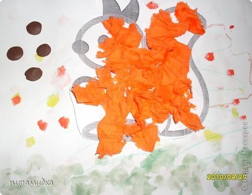 Белочка с орешками. На первом занятии рисовали фон по влажной бумаге - травку большой жесткой кисточкой внизу, листопад - ватными палочками. На втором занятии приклеили белочку, сделали ей шубку из оранжевых салфеток, угостили орешками из пластилина.  фото 1