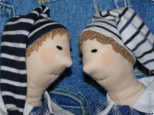 Этих кукол я сшила для своих сыновей - погодок по выкройке Тильда ведьма. Просто носы пришлось существенно укоротить и одежёнку другую придумать.  Детки оценили мои старания, и назвали их братья Плюшкины. Волосы я намеренно сделала такими, чтобы их не нужно было расчесывать - у одного вышиты гладью (прямые), а у другого рококо (кудрявые). фото 1