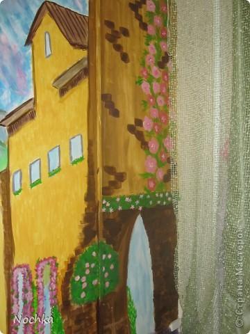 Работаю на севере, когда вокруг одни снега, всегда хочется немного солнца и ярких красок, особенно в комнате где живут молодые девушки. Рисовала на стене в общижитие, подарок для соседки по комнате. фото 9
