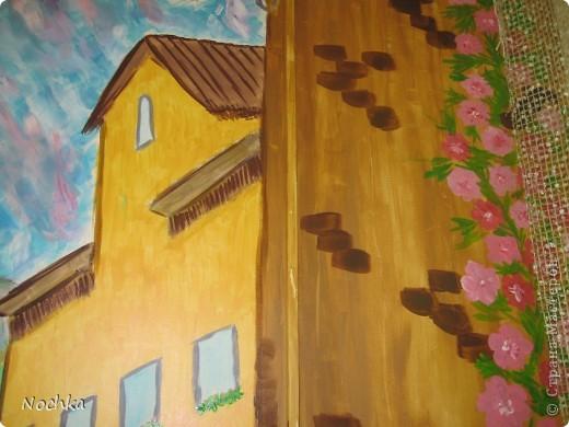 Работаю на севере, когда вокруг одни снега, всегда хочется немного солнца и ярких красок, особенно в комнате где живут молодые девушки. Рисовала на стене в общижитие, подарок для соседки по комнате. фото 10