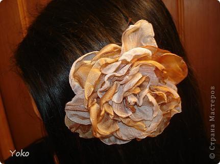 В доверщение темки про цветы из ткани встал вопрос: а как их крепить????? Покажу, как это делаю я. Итак нам понадобится: ножницы, нитка с иголкой, резиновая нитка - не знаю как точно называется, продается для бусиков и браслетов. фото 5