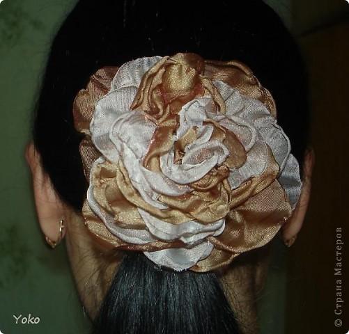 В доверщение темки про цветы из ткани встал вопрос: а как их крепить????? Покажу, как это делаю я. Итак нам понадобится: ножницы, нитка с иголкой, резиновая нитка - не знаю как точно называется, продается для бусиков и браслетов. фото 6