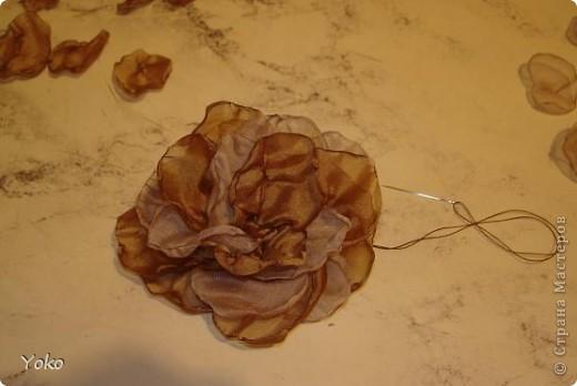 Есть у меня цветок покупной из магазина за 200 р - очень я его люблю!!!!!! Насмотрелась я на красивейшие цветы, которые делают рукодельницы и подумала: можно же и самой сделать прекрасные украшения и причем - бесплатно. Насмотрелась много мастер-классов и тоже попробовала.......и ПОНЕСЛО......... Покажу, как их делаю я: фоторепортаж с маста события. Итак, начнем: фото 13