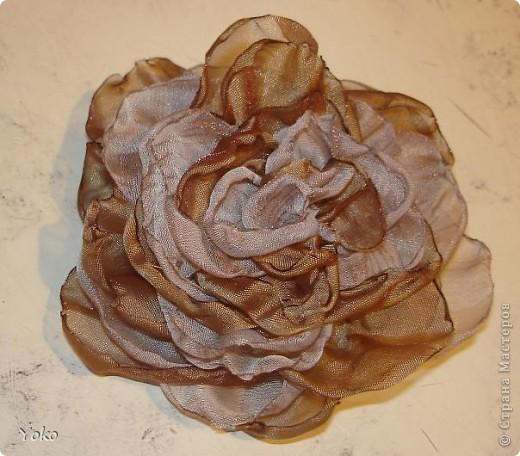 Есть у меня цветок покупной из магазина за 200 р - очень я его люблю!!!!!! Насмотрелась я на красивейшие цветы, которые делают рукодельницы и подумала: можно же и самой сделать прекрасные украшения и причем - бесплатно. Насмотрелась много мастер-классов и тоже попробовала.......и ПОНЕСЛО......... Покажу, как их делаю я: фоторепортаж с маста события. Итак, начнем: фото 14