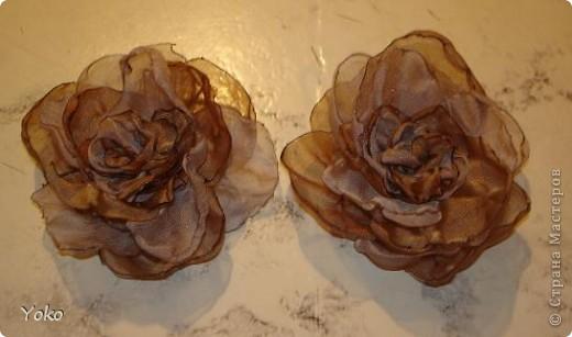 В доверщение темки про цветы из ткани встал вопрос: а как их крепить????? Покажу, как это делаю я. Итак нам понадобится: ножницы, нитка с иголкой, резиновая нитка - не знаю как точно называется, продается для бусиков и браслетов. фото 13