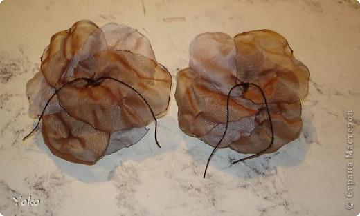 В доверщение темки про цветы из ткани встал вопрос: а как их крепить????? Покажу, как это делаю я. Итак нам понадобится: ножницы, нитка с иголкой, резиновая нитка - не знаю как точно называется, продается для бусиков и браслетов. фото 14