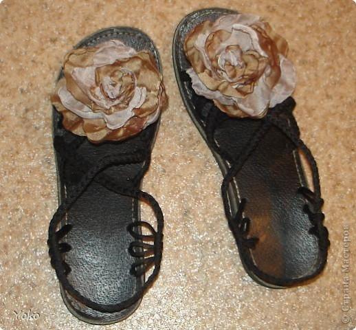 В доверщение темки про цветы из ткани встал вопрос: а как их крепить????? Покажу, как это делаю я. Итак нам понадобится: ножницы, нитка с иголкой, резиновая нитка - не знаю как точно называется, продается для бусиков и браслетов. фото 16