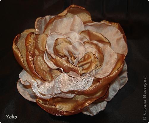 Есть у меня цветок покупной из магазина за 200 р - очень я его люблю!!!!!! Насмотрелась я на красивейшие цветы, которые делают рукодельницы и подумала: можно же и самой сделать прекрасные украшения и причем - бесплатно. Насмотрелась много мастер-классов и тоже попробовала.......и ПОНЕСЛО......... Покажу, как их делаю я: фоторепортаж с маста события. Итак, начнем: фото 15
