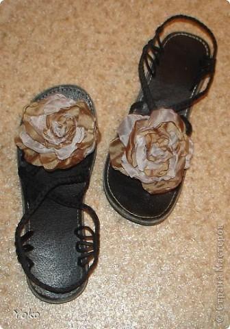 В доверщение темки про цветы из ткани встал вопрос: а как их крепить????? Покажу, как это делаю я. Итак нам понадобится: ножницы, нитка с иголкой, резиновая нитка - не знаю как точно называется, продается для бусиков и браслетов. фото 17