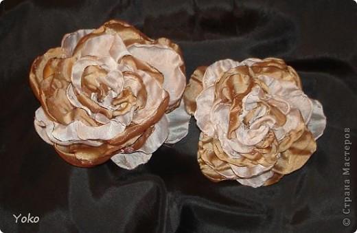 Есть у меня цветок покупной из магазина за 200 р - очень я его люблю!!!!!! Насмотрелась я на красивейшие цветы, которые делают рукодельницы и подумала: можно же и самой сделать прекрасные украшения и причем - бесплатно. Насмотрелась много мастер-классов и тоже попробовала.......и ПОНЕСЛО......... Покажу, как их делаю я: фоторепортаж с маста события. Итак, начнем: фото 16