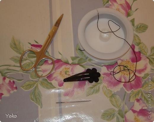 В доверщение темки про цветы из ткани встал вопрос: а как их крепить????? Покажу, как это делаю я. Итак нам понадобится: ножницы, нитка с иголкой, резиновая нитка - не знаю как точно называется, продается для бусиков и браслетов. фото 1