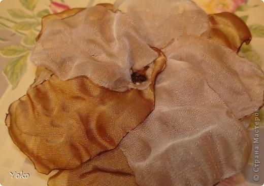 В доверщение темки про цветы из ткани встал вопрос: а как их крепить????? Покажу, как это делаю я. Итак нам понадобится: ножницы, нитка с иголкой, резиновая нитка - не знаю как точно называется, продается для бусиков и браслетов. фото 3