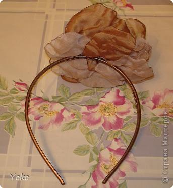 В доверщение темки про цветы из ткани встал вопрос: а как их крепить????? Покажу, как это делаю я. Итак нам понадобится: ножницы, нитка с иголкой, резиновая нитка - не знаю как точно называется, продается для бусиков и браслетов. фото 8