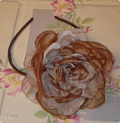 В доверщение темки про цветы из ткани встал вопрос: а как их крепить????? Покажу, как это делаю я. Итак нам понадобится: ножницы, нитка с иголкой, резиновая нитка - не знаю как точно называется, продается для бусиков и браслетов. фото 9