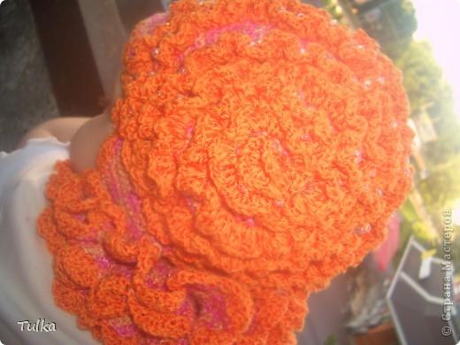 """Шапочку назвала """"Восход. Роса на розе""""  Представьте... восход солнца... все озаряется ярким оранжевым светом... но ночь еще не хочет отступать... она еще не полностью ушла... Но яркая, оранжевая роза знает - еще чуть-чуть и роса на ее лепестках исчезнет также, как грусть и печаль, которые появились с уходом солнышка ))) фото 2"""