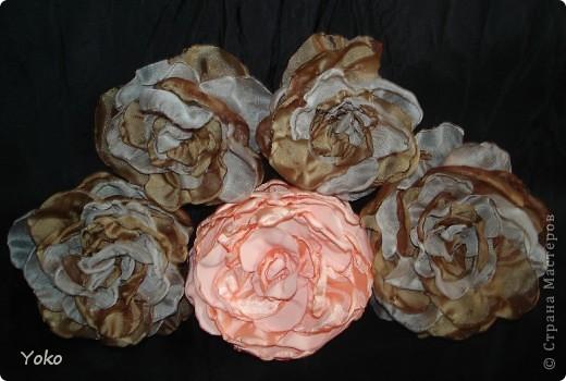 Есть у меня цветок покупной из магазина за 200 р - очень я его люблю!!!!!! Насмотрелась я на красивейшие цветы, которые делают рукодельницы и подумала: можно же и самой сделать прекрасные украшения и причем - бесплатно. Насмотрелась много мастер-классов и тоже попробовала.......и ПОНЕСЛО......... Покажу, как их делаю я: фоторепортаж с маста события. Итак, начнем: фото 18