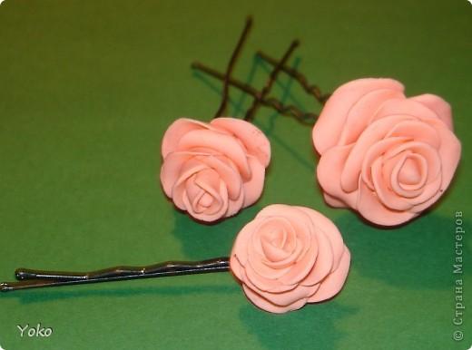 """Эти выходные у меня прошли изготовлением всяких цветочков-украшений. Вот выставляю на ваш суд цветы-шпильки из пластики: розы и ромашка. Фотографий пошаговых нет, т.к вечером лепила розочки для очередных бокальчиков, пластика осталась и решила попробовать сделать пару шпилек. Мне конечно еще учится лепке - цветочки не очень аккуратные вышли, зато очень быстро и просто. Уже """"одевала"""" их на работу: получился нежный пучок с розами. фото 2"""