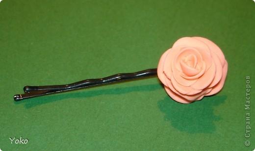"""Эти выходные у меня прошли изготовлением всяких цветочков-украшений. Вот выставляю на ваш суд цветы-шпильки из пластики: розы и ромашка. Фотографий пошаговых нет, т.к вечером лепила розочки для очередных бокальчиков, пластика осталась и решила попробовать сделать пару шпилек. Мне конечно еще учится лепке - цветочки не очень аккуратные вышли, зато очень быстро и просто. Уже """"одевала"""" их на работу: получился нежный пучок с розами. фото 3"""