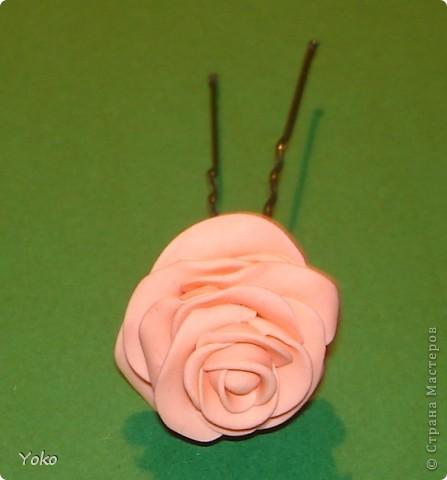 """Эти выходные у меня прошли изготовлением всяких цветочков-украшений. Вот выставляю на ваш суд цветы-шпильки из пластики: розы и ромашка. Фотографий пошаговых нет, т.к вечером лепила розочки для очередных бокальчиков, пластика осталась и решила попробовать сделать пару шпилек. Мне конечно еще учится лепке - цветочки не очень аккуратные вышли, зато очень быстро и просто. Уже """"одевала"""" их на работу: получился нежный пучок с розами. фото 4"""