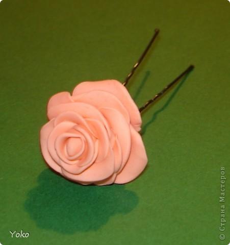 """Эти выходные у меня прошли изготовлением всяких цветочков-украшений. Вот выставляю на ваш суд цветы-шпильки из пластики: розы и ромашка. Фотографий пошаговых нет, т.к вечером лепила розочки для очередных бокальчиков, пластика осталась и решила попробовать сделать пару шпилек. Мне конечно еще учится лепке - цветочки не очень аккуратные вышли, зато очень быстро и просто. Уже """"одевала"""" их на работу: получился нежный пучок с розами. фото 5"""