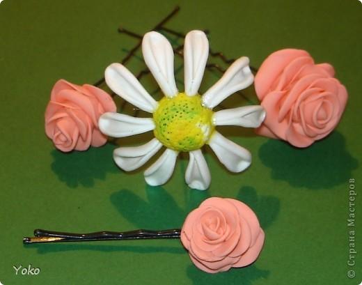 """Эти выходные у меня прошли изготовлением всяких цветочков-украшений. Вот выставляю на ваш суд цветы-шпильки из пластики: розы и ромашка. Фотографий пошаговых нет, т.к вечером лепила розочки для очередных бокальчиков, пластика осталась и решила попробовать сделать пару шпилек. Мне конечно еще учится лепке - цветочки не очень аккуратные вышли, зато очень быстро и просто. Уже """"одевала"""" их на работу: получился нежный пучок с розами. фото 1"""