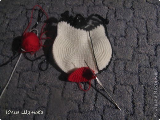 Увидела сумочку Китти у Ласточки и захотелось сделать нечто подобное.К сожалению с предложенной схемой не разобралась и пришлось ваять самостоятельно,слегка усовершенствовав. фото 3