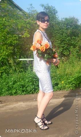 длина юбки очень просто регулируется, с внутренней стороны на поясе резиночка, чтобы юбка не слетела, так как на платье только одна застежка- на шее пуговица. на бедрах пояс-нить жемчуга, виден когда длина юбки - до колена (своеобразная изюминка)) фото 3