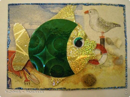 Вот такие рыбки из заокеанских морей:)) Фон - салфетка, рыбки - картон и бумага с голографией (приклеены на объемный скотч). Для украшения использованы акриловые краски с блеском, контур и настоящие ракушечки и камушки с побережья Каспийского моря:) фото 2