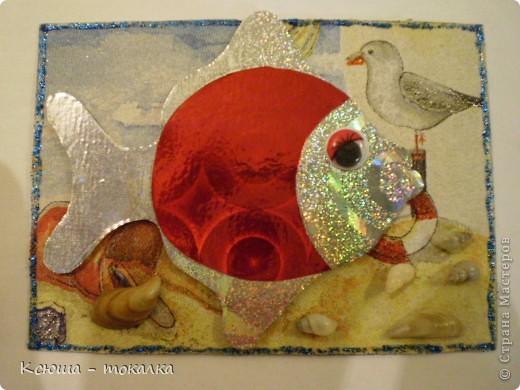 Вот такие рыбки из заокеанских морей:)) Фон - салфетка, рыбки - картон и бумага с голографией (приклеены на объемный скотч). Для украшения использованы акриловые краски с блеском, контур и настоящие ракушечки и камушки с побережья Каспийского моря:) фото 3
