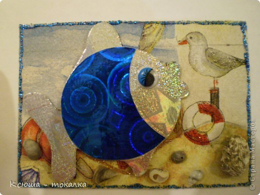 Вот такие рыбки из заокеанских морей:)) Фон - салфетка, рыбки - картон и бумага с голографией (приклеены на объемный скотч). Для украшения использованы акриловые краски с блеском, контур и настоящие ракушечки и камушки с побережья Каспийского моря:) фото 4