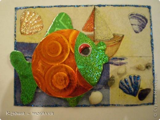 Вот такие рыбки из заокеанских морей:)) Фон - салфетка, рыбки - картон и бумага с голографией (приклеены на объемный скотч). Для украшения использованы акриловые краски с блеском, контур и настоящие ракушечки и камушки с побережья Каспийского моря:) фото 5