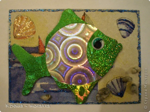 Вот такие рыбки из заокеанских морей:)) Фон - салфетка, рыбки - картон и бумага с голографией (приклеены на объемный скотч). Для украшения использованы акриловые краски с блеском, контур и настоящие ракушечки и камушки с побережья Каспийского моря:) фото 7