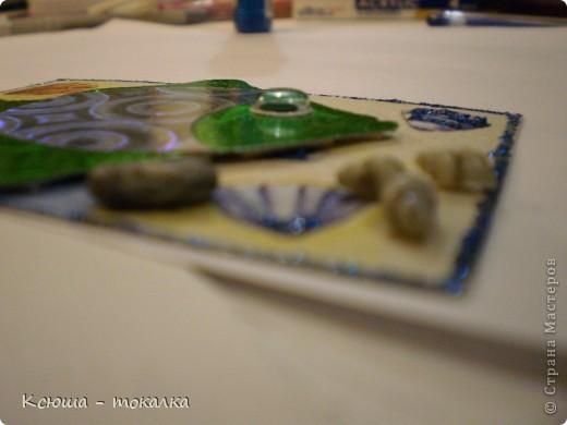 Вот такие рыбки из заокеанских морей:)) Фон - салфетка, рыбки - картон и бумага с голографией (приклеены на объемный скотч). Для украшения использованы акриловые краски с блеском, контур и настоящие ракушечки и камушки с побережья Каспийского моря:) фото 8