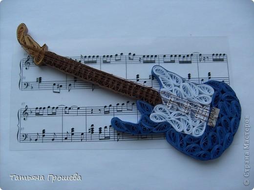 У дочери моей подруги в начале июля был день рождения. Можно даже сказать Юбилей. 15 лет!!! Очень захотелось сделать для нее что-то особенное. Она девочка у нас не простая, а очень талантливая. Играет в ансамбле на гитаре и на ударной установке, очень хорошо поет. Поэтому сомнений не было, я сразу решила сделать ей ее любимую гитару. Благодаря здешним Мастерицам, нашла несколько вариантов квиллинговых гитар и сделала свою. фото 1