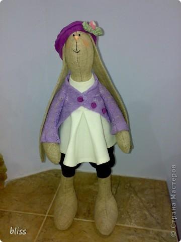 Заячье поголовье в моем доме растет и множится. Серая девочка из льна названа Фиалкой и щеголяет в кофточке из вязаного полотна и беретом в тон. Девочки, нужен Ваш совет: мне кажется что-то в ней не хватает, может шарфика, может сумочки?