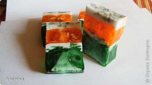 Решила сварить мыло, захотелось ярких сочных красок. Нравится не просто зеленый, а изумрудный цвет - это сочетание зеленого и синего красителей. Мыло с ЭМ сладкого апельсина и чайного дерева. фото 2