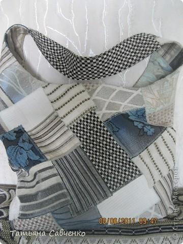 Решила на лето сшить себе тряпичную сумочку из лоскутов мебельной ткани. Не было под рукой фотоаппарата, поэтому описание будет кратким. фото 1