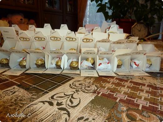 Вот такой торт был сделан на свадьбу для гостей. Торт состоит из 50 кусочков бонбоньерок, уложенных в форме торта.  фото 5