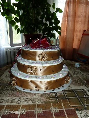 Вот такой торт был сделан на свадьбу для гостей. Торт состоит из 50 кусочков бонбоньерок, уложенных в форме торта.