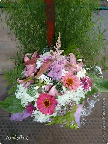 Букеты собирала моя родственница на вручение диплома из домашних (садовых) цветов.