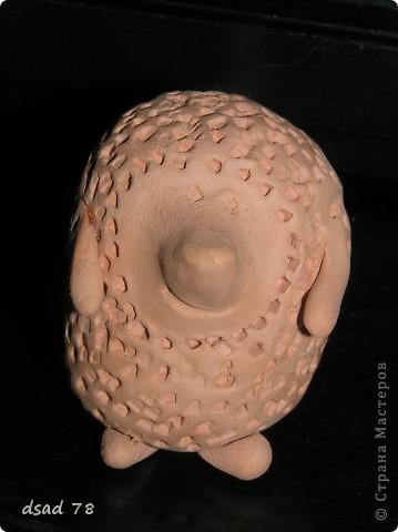 Ёжик-шумелка . Контейнер от киндера для основы , рисовую крупу для создания шума кладём в котейнер , глина для создания образа . фото 1