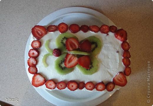 Это мой первый МК, эксперементировала с фото, так что за качество прошу прощения заранее. когда-то я купила сливки для взбивания и для их пробы решила испечь самый простой бисквит, еще у меня остались киви, попробовала со сливками, получилось вкусно. Когда началась клубника, добавила и ее, а однажды, когда делала такой торт у меня оказался творог под рукой, так и родился данный рецепт. фото 1
