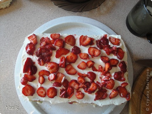 Это мой первый МК, эксперементировала с фото, так что за качество прошу прощения заранее. когда-то я купила сливки для взбивания и для их пробы решила испечь самый простой бисквит, еще у меня остались киви, попробовала со сливками, получилось вкусно. Когда началась клубника, добавила и ее, а однажды, когда делала такой торт у меня оказался творог под рукой, так и родился данный рецепт. фото 13