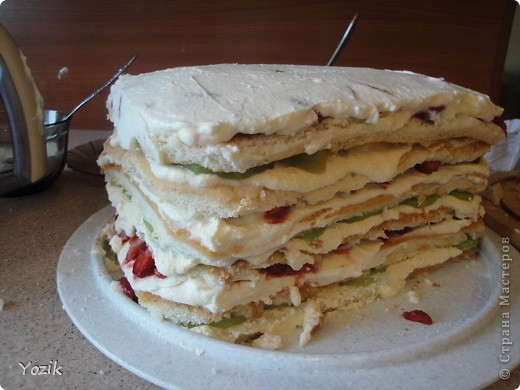 Это мой первый МК, эксперементировала с фото, так что за качество прошу прощения заранее. когда-то я купила сливки для взбивания и для их пробы решила испечь самый простой бисквит, еще у меня остались киви, попробовала со сливками, получилось вкусно. Когда началась клубника, добавила и ее, а однажды, когда делала такой торт у меня оказался творог под рукой, так и родился данный рецепт. фото 14