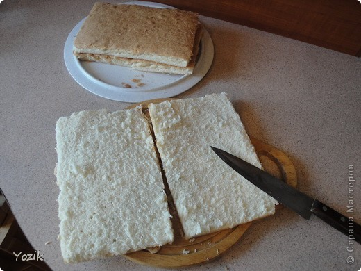 Это мой первый МК, эксперементировала с фото, так что за качество прошу прощения заранее. когда-то я купила сливки для взбивания и для их пробы решила испечь самый простой бисквит, еще у меня остались киви, попробовала со сливками, получилось вкусно. Когда началась клубника, добавила и ее, а однажды, когда делала такой торт у меня оказался творог под рукой, так и родился данный рецепт. фото 6