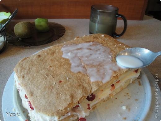 Это мой первый МК, эксперементировала с фото, так что за качество прошу прощения заранее. когда-то я купила сливки для взбивания и для их пробы решила испечь самый простой бисквит, еще у меня остались киви, попробовала со сливками, получилось вкусно. Когда началась клубника, добавила и ее, а однажды, когда делала такой торт у меня оказался творог под рукой, так и родился данный рецепт. фото 7