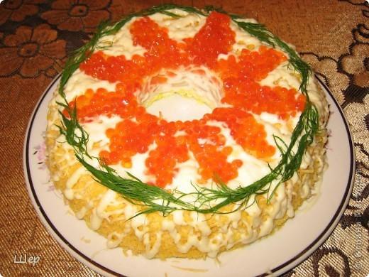 """Салатик """"Морская раковина"""" - выкладывается слоями вокруг стакана: измельченные  вареные яйца,  кальмары, морковь, сыр, украшаете по своему усмотрению майонезом и красной икрой... после пропитки стакан легко вынимается))) фото 1"""