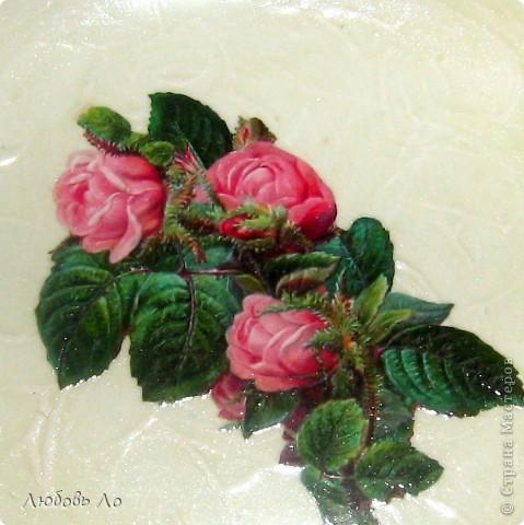 Ну вот, сообразила новые тарелочки с новым объемным фоном. Жаль, на белом трудно увидеть. Делать что-либо ещё с этой тарелкой не собираюсь. Уж очень она мне нравится такая, как есть. Цвет слоновой кости с розовым кустом в центре. фото 3