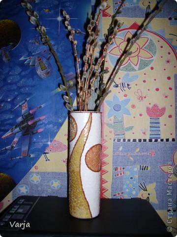 Взяла на работе, ни чем неприметную, прозрачную вазу из желтого стекла и сделала ее красавицей. Из нитки сделала волну сверху и снизу. Две части (сверху и снизу) обклеила коричневой скорлупой, а потом чуть-чуть затушила бронзой для декора. Среднюю часть обклеила белой скорлупой. (Все легко клеится на ПВА). Красивой салфетки на тот момент не оказалось и пришлось вырезать, расслаивать и клеить картинку из журнала. (Бумага более плотная, чем салфетки и под ней не видно рельефа скорлупы). На тюльпаны тоже добавила бронзы и потом вскрыла это все лаком. фото 2